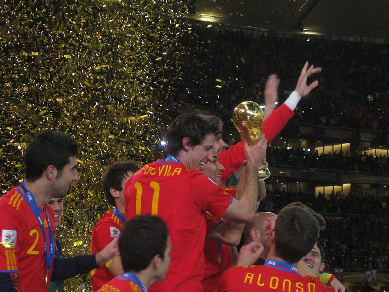 800px-2010_FIFA_World_Cup_Spain_with_cup